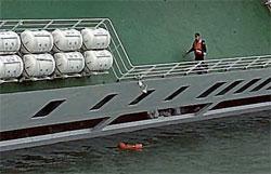 セウォル号に乗り込んだ海洋警察が後方の船室の乗客を気にせず、前方の救命いかだの方に向かっている。(写真=海洋警察の映像)