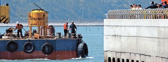 不明者の救助捜索作業に投入されたダイビングベルが1日、パンモク港に入港している。アルファ潜水技術のイ・ジョンイン代表は「不明者を見つけて出てくるのが目的だったのに、結果がなかった」と失敗を認めた。