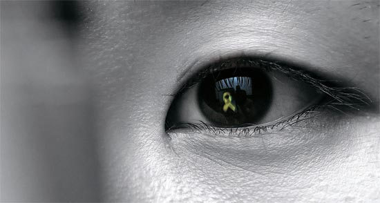 6日、大田(テジョン)市庁に設けられたセウォル号犠牲者合同焼香所を訪れたある市民が、スマートフォンに浮かび上がった黄色いリボンを眺めている。政府葬儀支援団は安山(アンサン)をはじめソウル・釜山(プサン)・光州(クァンジュ)など全国131カ所に合同焼香所を運営中だ。