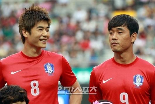 (写真左から)奇誠庸(キ・ソンヨン、25、サンダーランド)と朴主永(パク・ジュヨン、29、ワトフォード)