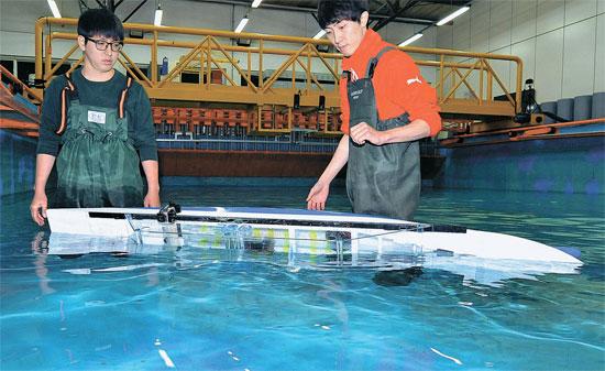 KAISTの学生が沈没事故の原因を分析するため模擬実験をしている。