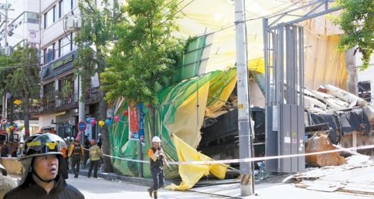 10日昼にソウルのカロスキルで撤去中だった6階建てのビルが崩壊し、消防当局とガス安全公社職員が事故現場を統制している。ビル全体が突然崩れ落ち歩道を襲ったが人命被害はなかった。残骸が飛び散り周辺のビルの外壁と駐車車両が一部破損した。