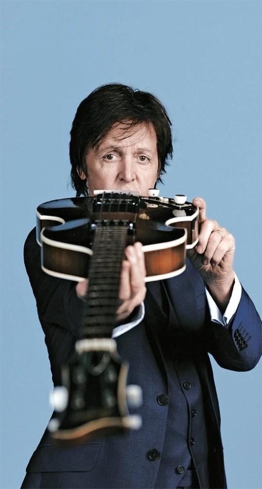 ギターを点検するポール・マッカートニー(写真=MJ Kim/MPL Communications)