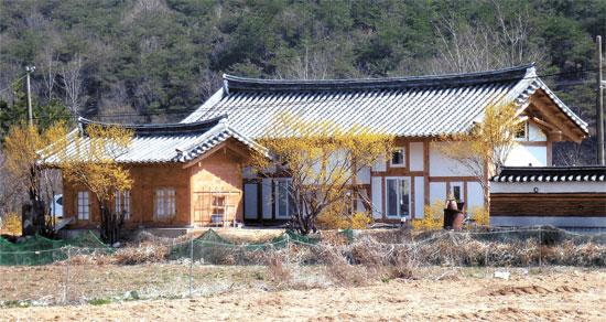 日本人建築家の富井正憲漢陽大客員教授が慶州市南山洞に建築した韓屋。国立慶州博物館で解説のボランティアをする日本人アラキ・ジュンさん(韓国学中央研究院博士課程)と韓国人の夫人キム・ジヨンさんの夫婦の生業のための店であり生活空間。母屋が53平方メートル(16坪)、別棟が16.5平方メートル(5坪)規模。