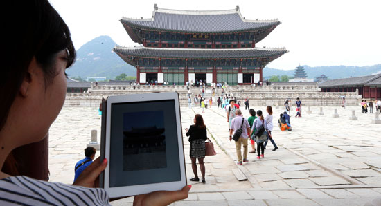 ある観光客が拡張現実(AR)基盤で作られた「私の手の中の景福宮(キョンボックン)」アプリを起動して、勤政(クンジョン)殿についての映像と説明を聞いている。