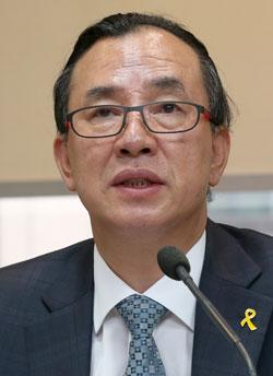 20日に初めての記者懇談会をした卞秋錫韓国観光公社社長。広告制作者出身の彼は髪を後ろで縛ったスタイルで出てきた。