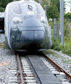 20日、京畿道義王市の韓国鉄道技術研究院の試験線で次世代高速鉄道「HEMU」が無線で電力の供給を受け動いている。線路の間に設置された黒い色の給電装置が高周波電力を磁場に変換し、列車下部に取り付けられた集電装置がこれを電力に変える方式だ。(写真=韓国鉄道技術研究院)