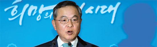 安大熙(アン・デヒ)首相候補が22日、政府ソウル庁舎で記者会見している。安候補は「個人的な生活はすべて捨てて、非正常的な慣行の除去と不正腐敗の清算で国家と社会の基本を立て直す」と述べた。