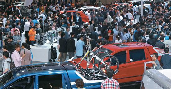 2014釜山(プサン)国際モーターショーが29日、メディア公開イベントを皮切りに釜山BEXCOで開幕する。今回のイベントには国内外21社の自動車メーカーが198台の新車を展示する。写真は2012年釜山国際モーターショーの会場の様子。(写真=中央フォト)