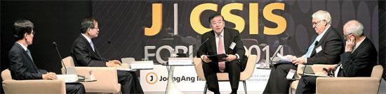 中央日報・CSIS年次フォーラムで出席者が中国の対北朝鮮政策について討論している。左から尹永寛元外交通商部長官、千英宇元青瓦台外交安保首席秘書官、文正仁延世大学教授、ヘイムリCSIS所長、ロイ元駐中米国大使。