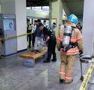 19日午後6時50分ごろ、京畿道軍浦市の地下鉄4号線衿井駅で電車上部に取り付けられていた電気絶縁装置が爆発して乗客11名が負傷する事故が発生した。消防隊員が事故現場を収拾している。