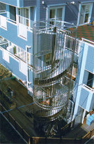 日本のある高齢者の療養病院に設置されている螺旋形の避難用すべり台。日本の消防法は2階以上11階未満の建物に入居した福祉施設には、義務的に避難用すべり台を設置するようにした。〔写真=(株)サンヨーホームページ〕