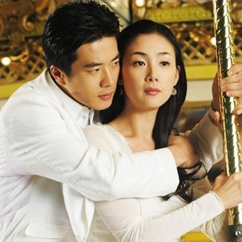 俳優のクォン・サンウ(左)と女優のチェ・ジウ