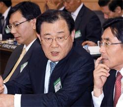 国家情報院長候補の李丙ギ駐日大使(中央)が昨年5月、韓国外交部で開かれた在外公館長懇談会で、金英善(キム・ヨンソン)駐インドネシア大使(右)と話をしている。左側は林起模(イム・ギモ)駐ジャマイカ大使代理。(写真=中央フォト)