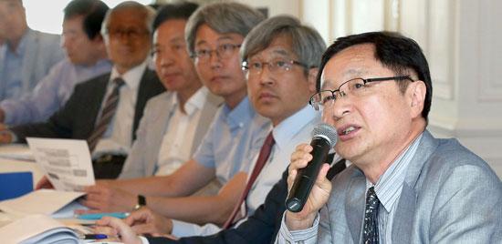 今月9日、グランドアンバサダーホテルで開かれた韓半島(朝鮮半島)フォーラム「ドイツ統一と韓半島」学術会議でファン・ビョンドク統一研究院名誉研究委員がテーマ発表をしていた。