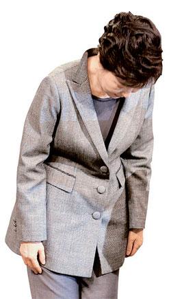 先月19日、セウォル号惨事の対国民談話の途中で謝罪する朴槿恵(パク・クネ)大統領。(写真=中央フォト)