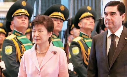 トルクメニスタンを訪問した朴大統領が20日(現地時間)、アシガバートの大統領宮でベルドイムハメドフ大統領と会談をした。これに先立ち両首脳が儀仗隊を閲兵している。