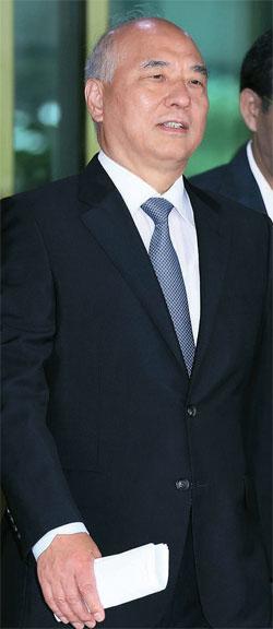 文昌克首相候補が24日午前、政府ソウル庁舎のブリーフィング室で、記者会見を終えた後、庁舎を去っている。文候補はこの日、13分40秒間の会見で、真実を歪曲したKBS(韓国放送公社)など報道機関と人事聴聞会自体に反対した一部の国会議員に対する問題点を指摘した。文候補は「私は今日、首相候補を自主的に辞退する」という言葉を最後に会見を終えた。首相候補に指名されてから14日目だ。