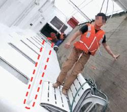 =搭乗客キム・ホンギョン氏が撮った沈没直前のセウォル号の様子。船が傾いても手でつかまって移動できる安全バーが見える。(写真=中央フォト)