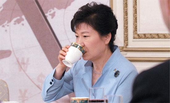 朴槿恵大統領は26日、青瓦台迎賓館で全国商工会議所会長団を招いて昼食を共にした。朴大統領は出席者から経済活性化のために地域商工者としての意見を聴取して協力を求めた。この席には朴容晩(パク・ヨンマン)大韓商工会議所会長をはじめ、会長団100人余りが参加した。(写真=青瓦台写真記者団)