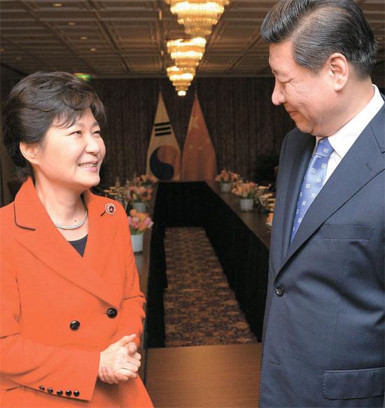 韓中首脳間の関係は表情や身振りからも分かる。今年3月にハーグ核安全保障サミットで会った朴大統領と習近平主席があいさつしている。(中央フォト)