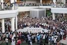 日本で行われたBaby KARAのサプライズ路上公演の様子。