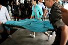 武装脱営して検挙されたイム兵長の病院搬送過程で軍が代役を使っていたことが2明らかになった。写真は本紙24日付2面に掲載された「偽イム兵長」が江陵峨山病院救急室に移送される場面。