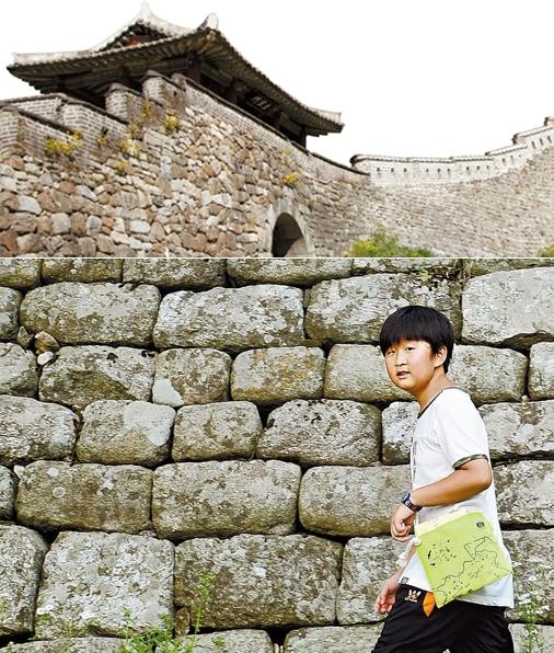 (上の写真)南漢山城の東門。(下の写真)南漢山城の西門の外壁道を歩いている学生記者のチャン・チャンヒ君。
