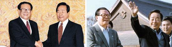 """中国との対日外交協調、この2枚の写真に答えある=1995年、金泳三大統領と江沢民中国国家主席は妄言を繰り返す日本を相手に""""挟撃""""をした。左の写真は11月14日、両首脳が青瓦台で首脳会談前に握手している姿。金大統領は「(日本の)悪い癖を直す」と述べた。右側の写真は4日後の18日、大阪のAPEC首脳会議で両首脳が散歩する姿。村山首相が会議場の入り口で待っていたが、両首脳は泰然と散歩を楽しみ、日本政府に向けて無言のデモをした。(中央フォト)"""