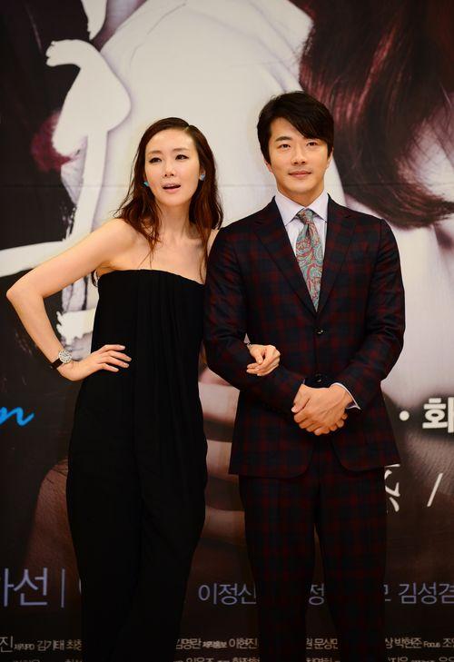 女優のチェ・ジウ(左)と俳優のクォン・サンウ