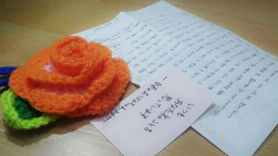 セウォル号事故で犠牲になった檀園(ダンウォン)高の生徒の遺族が受けた花と手紙。日本語で「いつもあなた方のことを思っています。日本のおばあちゃんより」と書かれている。(写真=檀園高遺族)