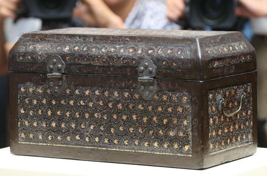 高麗後期に作られたと見られる牡丹唐草文の螺鈿経箱が15日、ソウル国立中央博物館で初公開された。濃厚な茶色に多彩な模様が星のように光っている。気品ある形が美しく、保存状態も良い。