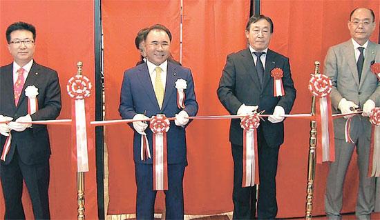 韓国のフライドチキンブランド「BBQ」が15日、東京・渋谷に直営店舗をオープンした。写真はテープカットをするユン会長(左から2番目)、キム・テチョン総括社長(左)と日本側関係者ら。