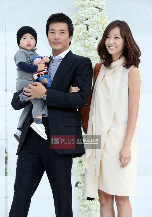 クォン・サンウ-ソン・テヨン夫婦と息子のルッキくん(一番左)