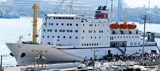 2002年9月、釜山アジア競技大会で北朝鮮応援団を乗せてきた万景峰号が多大浦(タデポ)港に停泊している。この船は応援団の宿舎兼食堂として使われた。(写真=中央フォト)