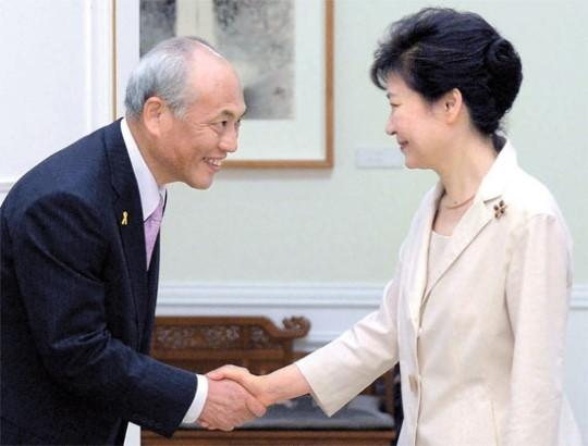 朴大統領が25日、青瓦台で舛添要一東京都知事と会談し、韓日関係について「正しい歴史認識が基礎にならなければ、真の信頼関係に進むのは難しい」と述べた。朴大統領が国内で日本の政界関係者に会ったのは就任後初めて。(写真=青瓦台写真記者団)