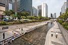 最高気温が30度前後まで上がり、蒸し暑い天気が続くソウル。都心に流れる清渓川(チョンゲチョン)には、涼を求めて訪れる人々が増えています。