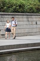 ラブラブカップルたちは暑さもへっちゃら!手をつないで歩くのにぴったりの川沿いは、絶好のデートコースでもあります。