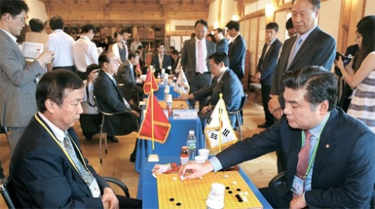 囲碁交流戦をする韓中議員