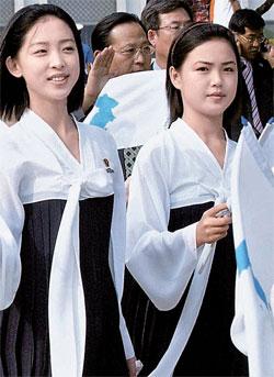2005年9月に仁川アジア陸上選手権大会の北朝鮮応援団として来た李雪主(リ・ソルジュ、右側)。李雪主の訪問は、金正恩(キム・ジョンウン)第1書記の夫人として公開された直後、中央日報の単独報道(2012年7月26日付1面)で明らかになった。(中央フォト)