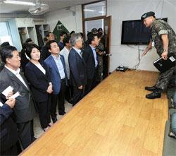 国会国防委員会所属の与野党議員が5日、ユン一等兵殴打死亡事件が発生した京畿道漣川第28師団砲兵大隊生活館を訪問し、部隊の幹部から事件に関する報告を受けている。(写真=国会写真記者団)
