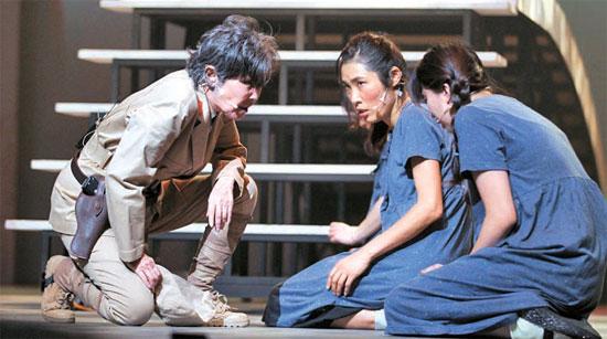 ミュージカル『コッシン』。国に力がなくて守り切れなかった少女の物語が、製作費不足によりみすぼらしい舞台の上で繰り広げられている。(写真提供=(株)ミュージカル『コッシン』)