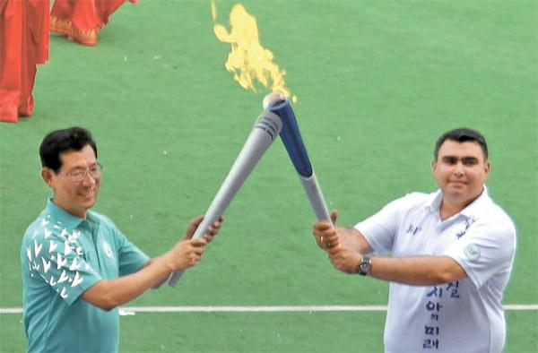 第17回仁川アジア競技大会聖火が9日インド・ニューデリーで点火された。[写真=仁川アジア競技大会組織委]