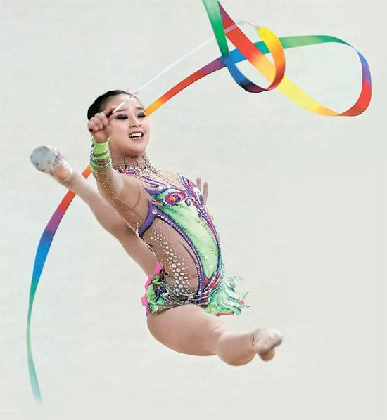 ソン・ヨンジェが9日開かれたFIG新体操ワールドカップで個人総合3位を記録し、仁川(インチョン)アジア競技大会金メダルの見通しが明るくなった。写真は4月に開かれた仁川国際体操大会で演技中のソン・ヨンジェ。(写真=中央フォト)