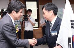 黄教安(ファン・ギョアン)法務部長官(左)が金九先生の主治医であった柳辰仝(ユ・ジンドン)先生の息子ユ・スドン氏に韓国国籍証書を授けた。(写真=法務部)