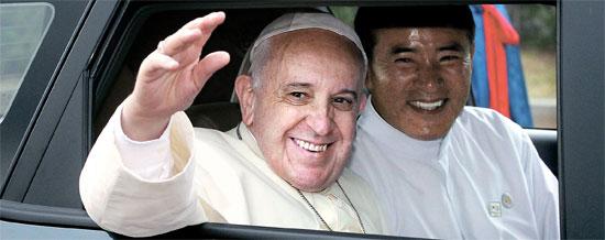 14日に韓国を訪問したフランシスコ法王が青瓦台(チョンワデ、大統領府)歓迎式に出席するため、車に乗って移動しながら市民に手を振っている。法王の右側はイエズス会韓国管区長のチョン・ジェチョン神父で、法王の通訳を務めた。