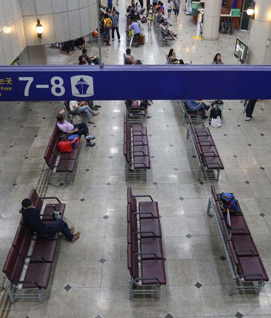 14日、釜山旅客ターミナルの待合室内部は例年よりも乗客が少なく、多少閑散とした印象だった。