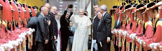 フランシスコ法王が4泊5日間の訪韓日程をすべて終えて18日午後に韓国を出国した。歓送式が開かれた京畿道城南(キョンギド・ソンナム)のソウル空港には鄭ホン原(チョン・ホンウォン)首相と廉洙政(ヨム・スジョン)枢機卿、オスバルド・パディリャ駐韓法王庁大使が共に法王を見送った。フランシスコ法王が専用機に乗り込む直前に手をあげて最後の挨拶をしている。(写真=共同取材団)