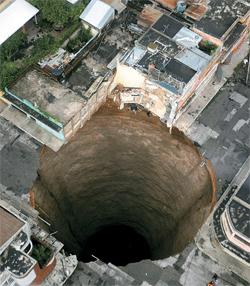 2010年グアテマラで発生した直径20メートルのシンクホール。3階建ての工場を飲み込んだ。(写真=中央フォト)