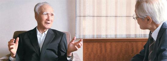 22日に訪韓した村山元首相がソウル朝鮮ホテルで、軍隊慰安婦問題をはじめとする韓日葛藤の解決法をめぐり金永熙(キム・ヨンヒ)論説委員のインタビューに応じている。村山氏は「結局、両国の首脳が心を開いて会うべきだ」と強調した。
